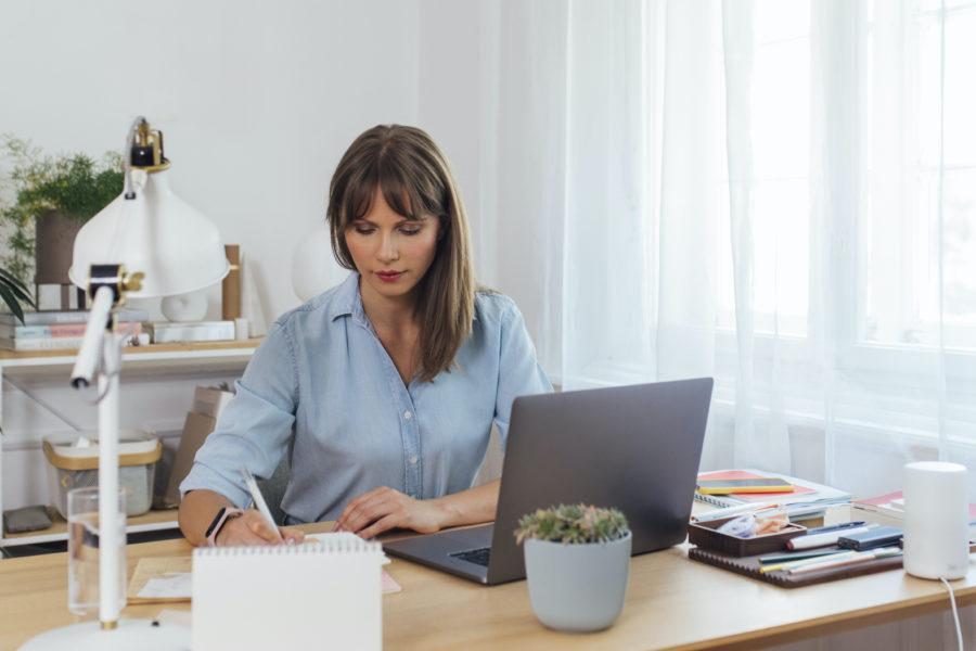 Ragazza che lavora per realizzare un blog