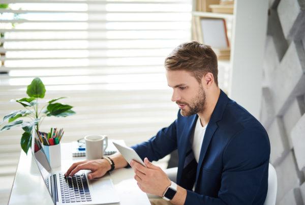 Social Media Manager che studia Social Media Analytics